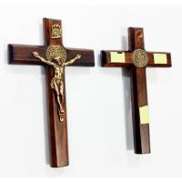 2599 - Crucifixo Madeira Parede com Adesivo e Medalha São Bento 12 cm