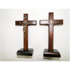 931 - Cruz da Libertação em Madeira para Mesa 12 cm com Cristo e Medalha de São Bento